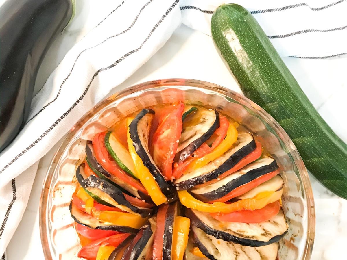 Cómo hacer una Ratatouille . Receta sencilla y saludable de verduras al horno.