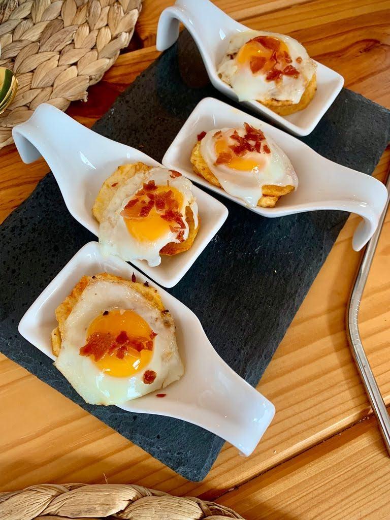 Hola fooders! Hoy os dejamos un bocado exquisito y delicioso. Y es que esta receta de Canapé de patata con huevo de codorniz y chorizo es un aperitivo fácil que se elabora en poco tiempo.
